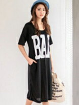 【MIUSTAR 】英文BAD膠印側袋棉質洋裝↘$169